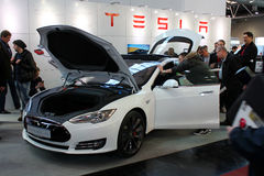El soporte de Tesla viaja en automóvili el 20 de marzo de 2015 Fotos de archivo libres de regalías