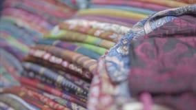 El soporte del colorido bordado con los hilos y la impresión del sello viste en diversos colores en el etnic tradicional metrajes