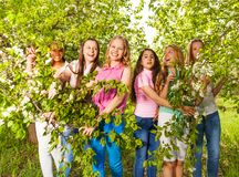 El soporte hermoso de los adolescentes, sostiene bancos verdes Foto de archivo