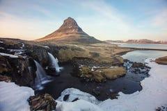 El soporte Kirkjufell de Islandia, capturado en la puesta del sol con la exposición larga fotos de archivo