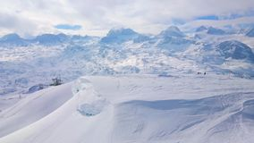 El soporte nevoso de Krippenstein, montañas de Dachstein, Austria