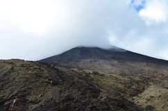 El soporte Ngauruhoe en Nueva Zelanda cubrió en niebla foto de archivo