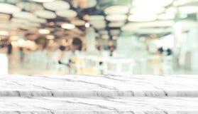 El soporte vacío de la comida de la sobremesa del mármol del paso con la luz del bokeh del fondo del restaurante del café de la f imagen de archivo libre de regalías