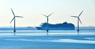 El sorbo MSC Magnifica de la travesía de travesías del MSC pasa las turbinas de viento costero foto de archivo libre de regalías