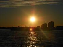 El sorprender de la puesta del sol de New York City fotografía de archivo