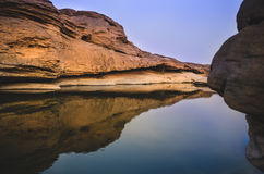 El sorprender de la roca en el río Mekong Imagen de archivo