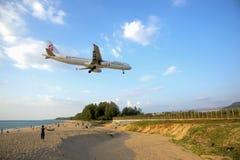 El sorprender a los turistas como el avión aterrizaba Fotos de archivo