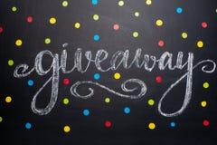 El sorteo de la inscripción se escribe en la pizarra, la distribución libre, los bloggers y los regalos, instagram, red social imágenes de archivo libres de regalías