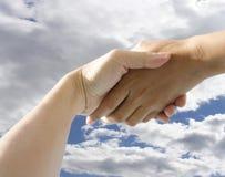 El sostenerse de las manos Foto de archivo libre de regalías