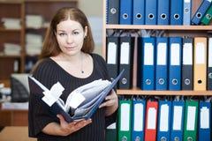 Mujer de negocios ejecutiva que lleva a cabo documentos Imagenes de archivo