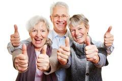 El sostenerse mayor feliz de tres personas foto de archivo libre de regalías