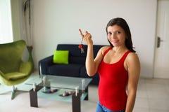 El sostenerse sonriente femenino del dueño casero del retrato cierra la nueva casa Imagenes de archivo