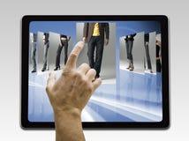 El sostenerse y el señalar a la pantalla en blanco Fotografía de archivo libre de regalías