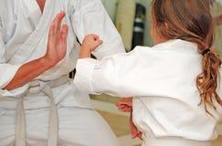 El Sparring de los estudiantes del karate Fotografía de archivo libre de regalías