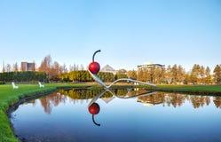 El Spoonbridge y la cereza en el jardín de la escultura de Minneapolis Imágenes de archivo libres de regalías