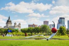 El Spoonbridge y la cereza en el jardín de la escultura de Minneapolis Fotografía de archivo libre de regalías