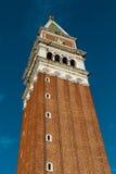 El St marca el campanario - campanil en Venecia, Italia foto de archivo