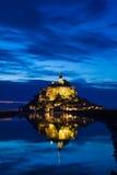 El St. Miguel de Mont reflejó en el mar en la puesta del sol Imágenes de archivo libres de regalías