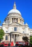 El St Pauls Cathedral y los vagabundos rojos del autobús de los autobuses rojos de Londres son una parte icónica de vida de Londr Imagen de archivo libre de regalías