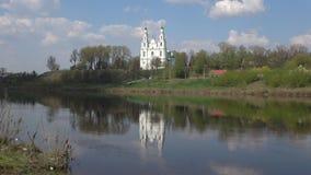El St viejo Sophia Cathedral en el río occidental de Dvina Polotsk, Bielorrusia metrajes