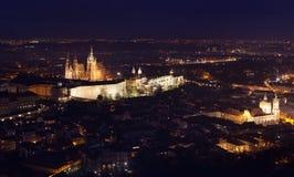 El St Vitus Cathedral en Praga se encendió para arriba en la noche Imágenes de archivo libres de regalías