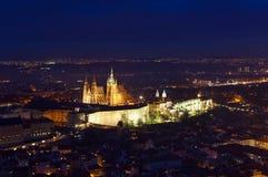 El St Vitus Cathedral en Praga se encendió para arriba en la noche Imagenes de archivo