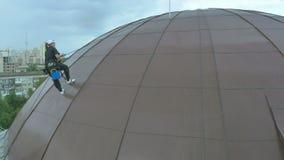 El steeplejack de la mujer sube para arriba en el tejado abovedado almacen de video