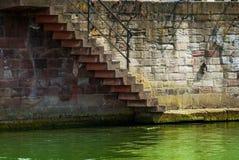 El straicase va abajo al río Imagenes de archivo
