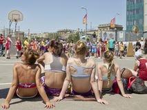 El streetball del equipo de mujeres que se sienta en el pavimento que espera Imágenes de archivo libres de regalías