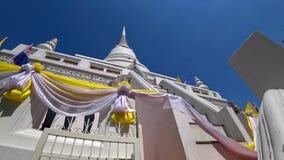 El stupa blanco se eleva en el cielo azul metrajes