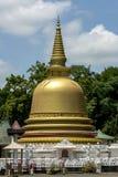 El stupa de oro hermoso adyacente al templo de oro en Dambulla en Sri Lanka Foto de archivo