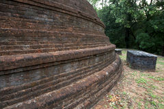 El stupa maravillosamente construido del ladrillo en el templo antiguo de Pidurangala en Sigiriya en Sri Lanka fotografía de archivo