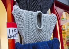 El suéter irlandés tradicional típico de las lanas vendió en un descuento y expuesto fuera de la tienda de una manera irlandesa I foto de archivo libre de regalías