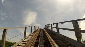 El subir al top de un coaste de madera clásico del rodillo metrajes