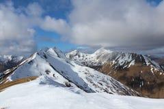 El subir de la colina de los munros de las montañas de Escocia Foto de archivo libre de regalías