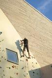 El subir de la pared de la roca Foto de archivo