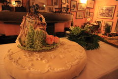 El subir de los cónyuges del pastel de bodas Imágenes de archivo libres de regalías