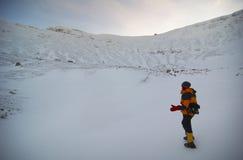 El subir de montaña adventurero foto de archivo