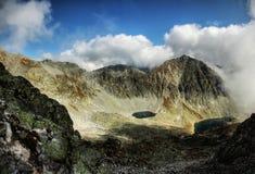 El subir del lago mountains fotos de archivo