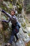 El subir del muchacho del adolescente imagenes de archivo