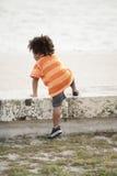 El subir del niño joven Fotografía de archivo