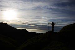 El subir hasta la tapa de la montaña Fotografía de archivo