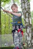El subir joven del muchacho fotografía de archivo