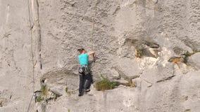 El subir libre femenino en roca