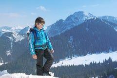 El subir superior de la montaña del invierno del niño del muchacho Imagenes de archivo