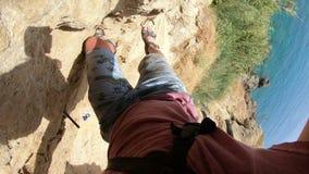 El subir tirado POV en un área más baja de la cascada de Duden cerca de Antalya en la costa mediterránea de Turquía almacen de video