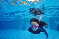 El submarino asiático feliz de la nadada y de la zambullida de la muchacha, vacaciones de familia del verano con el niño, se rela imagen de archivo