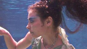 El submarino modelo de la chica joven presenta para la cámara en el fondo de corales en el Mar Rojo almacen de video
