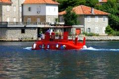 El submarino rojo de los niños flota en la bahía de Kotor, Montenegro Foto de archivo