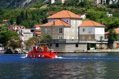 El submarino rojo de los niños flota en la bahía de Kotor, Montenegro Fotos de archivo libres de regalías